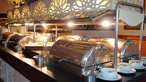 Много подносов шведского стола heated в роскошном ресторане Стоковое Изображение