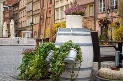 Heather dans le pot en bois sur le baril de vintage sur la vieille ville Image libre de droits