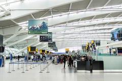 Heathrow-Flughafen überprüfen herein Schreibtische Stockbild