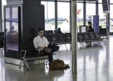 Heathrow-Flughafen - bemannen Sie das Arbeiten an seinem Laptop Stockbilder
