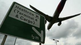 Heathrow flygplatstecken med flygplanflygparad stock video