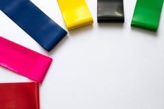 Heathy Lebensstilkonzept - elastische Eignungsgummiexpander für die Frauen lokalisiert auf weißem Hintergrund Bunte Sportbänder H lizenzfreie stockfotografie