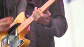 Heavy de la guitarra del riff que juega al músico de sexo masculino, carruaje del concierto de la etapa almacen de video