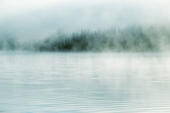 Heavy fog in the early morning on a mountain lake Royalty Free Stock Photos