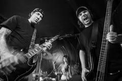 Heavy metalmusikband som spelar hög musik Arkivbild