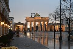 HEAVY RAIN spadek BRANDENBURGER TORV BERLIN zdjęcia stock