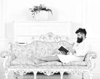 Heb een aardige dag De mens slaperig in badjas leest boek in luxehotel in ochtend, witte achtergrond Het concept van het luxeleve stock afbeelding