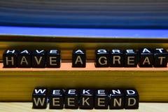 Heb een groot weekend op houten blokken Het bedrijfsconcept van het onderwijs en royalty-vrije stock afbeeldingen
