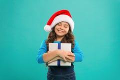 Heb Holly Jolly Christmas Gelukkige de wintervakantie Klein meisje Heden voor Kerstmis Kinderjaren Nieuwe jaarpartij santa stock fotografie