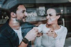 Heb pret Het ontspannen van de vrouw drinkt thee Glimlachende mensen plezier royalty-vrije stock afbeelding