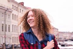 Heb pret lachend jong meisje met krullend haar Royalty-vrije Stock Afbeelding