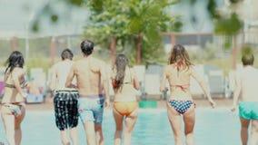 Heb pret met uw vrienden Het springen in de pool stock footage