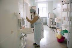 Hebamme wäscht ihre Hände Stockfotografie