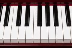 Heban i z kości słoniowej klucze czerwony pianino obraz stock