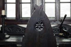 Hebanu krzesło z powrotem biurko ten sam materiał przeciw okno obraz stock