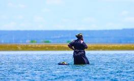 Hebbend abreak terwijl het verzamelen van mosselen in de kust van Mozambique royalty-vrije stock afbeeldingen
