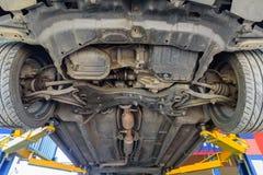 Heben Sie das Auto für Suspendierungs-Kontrolle an stockbild