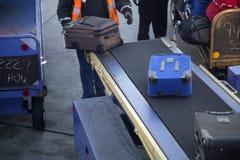 Heben Sie Gepäck im Flughafen auf Stockfoto