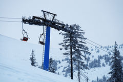 Heben Sie mit roten Sitzen auf dem Berg im Winter an Lizenzfreie Stockfotografie