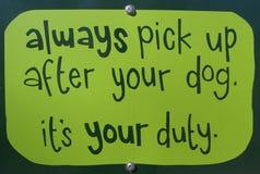 Heben Sie nach Ihrem Hund auf Stockfoto