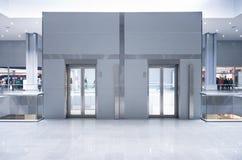 Heben Sie Türen auf einem Spitzengeschoß an Lizenzfreies Stockfoto