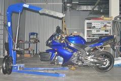 Heben Sie an, um Motorrad zu reparieren Lizenzfreies Stockbild