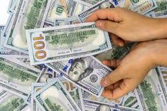 Heben Sie 100 US-Dollar auf Stockbild