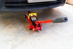Hebewerkzeugaufzugauto für Wartung und Kontrolle von Autos lizenzfreie stockfotografie