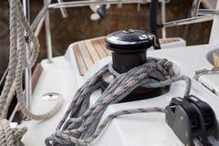 Hebewinde und Schiffstaus auf einer Segeljacht Stockfotografie