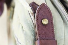Hebilla del detalle en los bolsos de cuero Fotos de archivo libres de regalías
