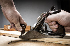 Heblować przy pracy ławką zdjęcie royalty free