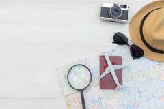 Heblowania lata podróżny paszport z kamera rocznikiem, mapa, ryba gwiazda, słońc szkła, kapelusz, samolot Podróż w wakacje, wierz obraz royalty free