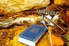 Hebréisk bibel Tanakh Torah, Neviim, Ketuvim och judisk ljusstakemenora Bild av den judiska ferieChanukkah royaltyfria foton