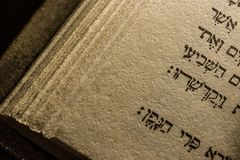Hebréisk handstil i torahbibeln arkivbilder