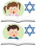 Hebréiska ungar som läser en bok Arkivbild