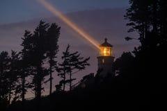 Heceta在晚上朝向灯塔,在1892年建立 库存照片