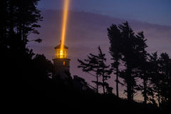 Heceta在晚上朝向灯塔,在1892年建立 免版税库存图片