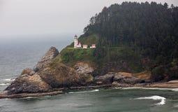 Heceta huvudfyr som högt sitter på den Oregon kusten fotografering för bildbyråer