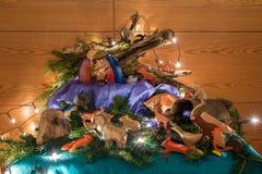 Hechingen, la Baden-Wuerttemberg, la Germania, il 26 dicembre 2016, Crip con molte figure di legno differenti di Ostheimer e una  Fotografie Stock