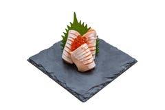 Hecho aislado Salmon Sashimi Served con Ikura Salmon Roe y rábano cortado en la placa de piedra Foto de archivo