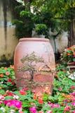 Hecho de cerámica y de flores en el jardín Fotografía de archivo libre de regalías