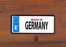 Hecho en Alemania En una placa de metal del tablero de madera con el europeo uni Fotografía de archivo