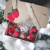 Hecho en casa adorne el regalo de la Navidad Fotos de archivo