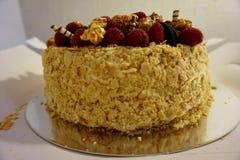` Hecho en casa delicioso de Napoleon del ` de la torta, adornado con las frambuesas frescas imagenes de archivo