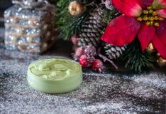 ¿Hecho a mano? crema y accesorios osmetic de la Navidad en la tabla de madera Conjunto del balneario Fotografía de archivo