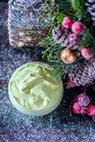 ¿Hecho a mano? crema y accesorios osmetic de la Navidad en la tabla de madera Conjunto del balneario Foto de archivo