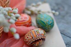 Hecho a mano, marrón, huevo de Pascua en el papel Fotos de archivo