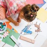 Hecho a mano para los niños Creación de las tarjetas de felicitación imagen de archivo