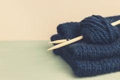 Hecho punto del suéter y del hilo azules del hilado para el primer que hace punto Imagen de archivo