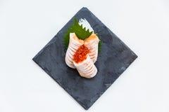 Hecho Salmon Sashimi Served con Ikura Salmon Roe y rábano cortado en la placa de piedra Imágenes de archivo libres de regalías